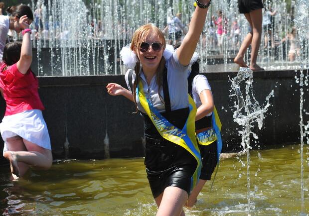Донецкие выпускники отжигают: мальчики разделись, а