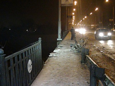В Донбассе с моста сорвался грузовик с прицепом. Водителя ...